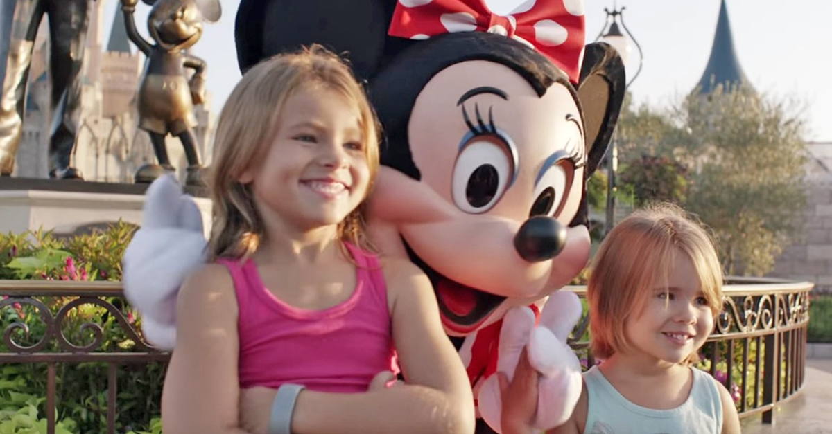 shaylee minnie.jpg - Two Girls Finally Met Their Idol, Minnie Mouse Started Using Sign Language To Communicate With Them