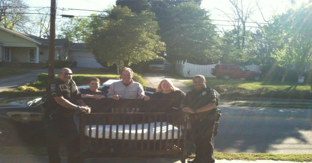 cops ask for baby crib 1.jpg - Kind Officers Delivered New Baby Crib To Family Who Were Going Through Tough Times