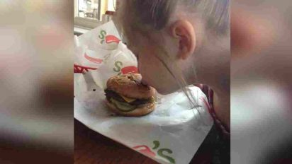 arianna chilis hamburger kindness 412x232.jpg - Little Girl With Autism Refused To Eat Her 'Broken' Meal, Waitress Made Time To Make Sure She Was Happy
