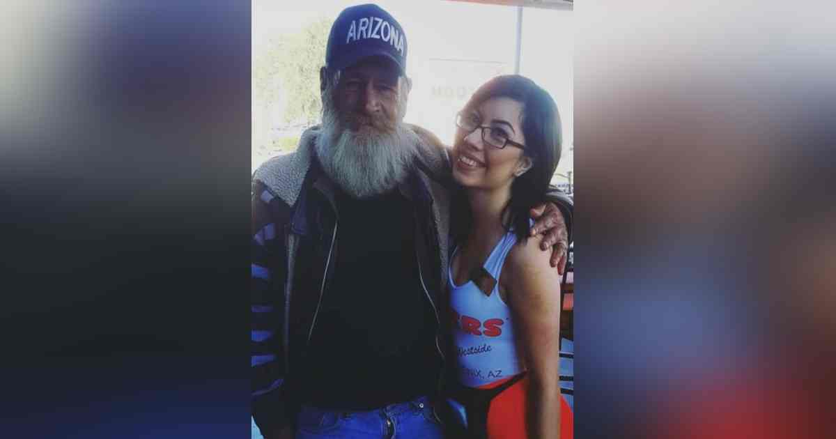 hooters waitress homeless man.jpg - Homeless Man Gave Waitress His Necklace After She Helped Him Stand Up And Fed Him