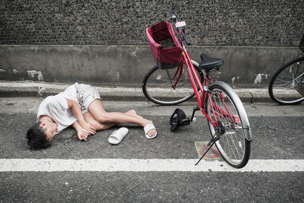 img 59fdce28144eb.png - イギリス写真家が撮影した「泥酔状態日本人」コレクション(写真10枚)