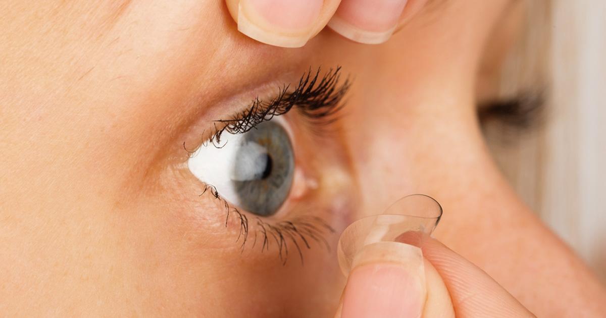 woman removes contact lens 1200x630.jpg - 렌즈 끼고 '절대' 하면 안 되는 금지된 3가지 행동 (사진 5장)
