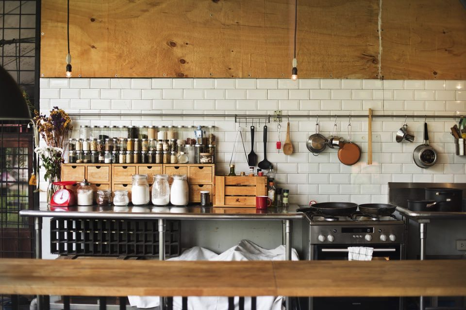 the narrow kitchen organizing 1b594f0889d5fc096149888b4375f71d.jpg - 狭いキッチンも工夫次第で劇的に収納力アップ!