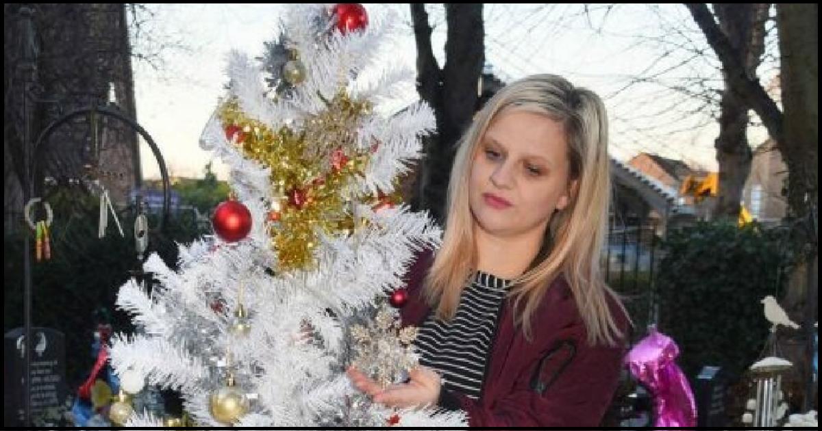 thumb nail grieving mom.png - Mãe em luto coloca árvore de natal ao lado do túmulo do filho e é obrigada a removê-la
