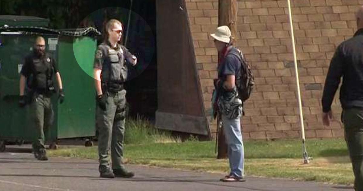 5ec8db8eb84ac.jpg - Un policier filmé en train de frapper à plusieurs reprises un sans-abri