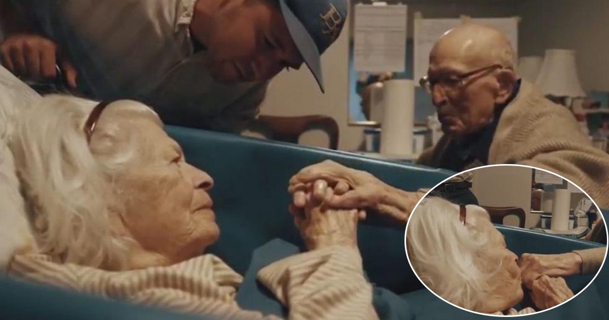 adfaf.jpg - Um homem de 105 anos visita o hospital para ver sua esposa de 100 anos de idade em seu 80º aniversário de casamento