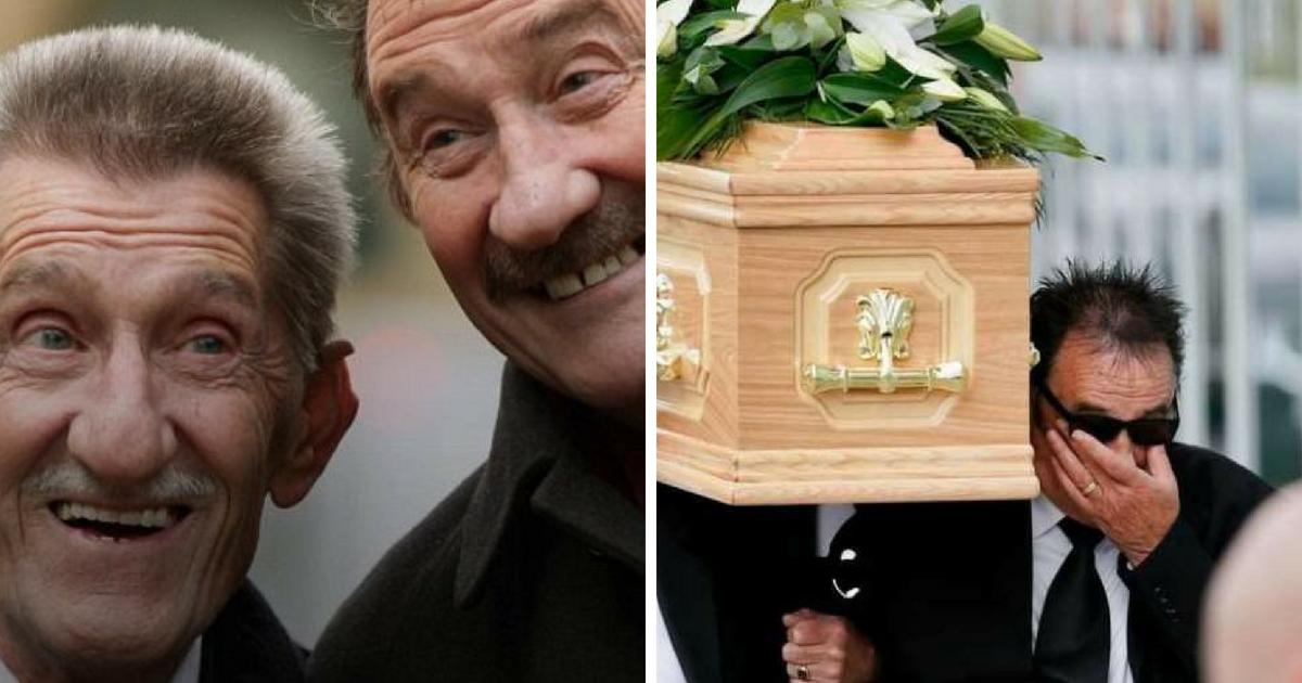 barry3.png - Paul Chuckle tombe en larmes alors qu'il transporte le cercueil de son frère Barry dans le stade de New York aux États-Unis