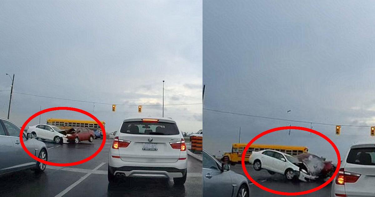 dashcam footage shows two cars collide at an intersection as one vehicle attempt to make a left turn.jpg - Les images de la caméra de bord montre deux voitures en collision à un croisement alors qu'un véhicule tentait de tourner à gauche