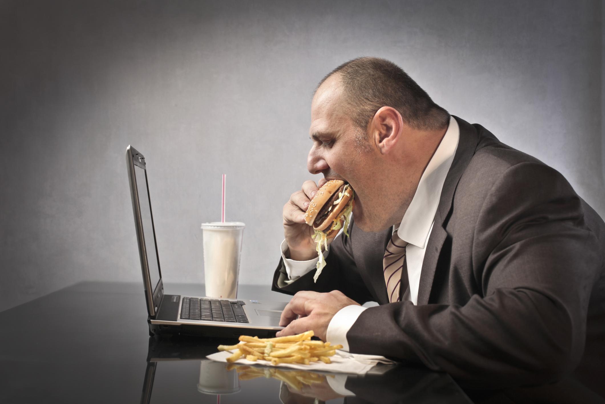 9 23 social media and obesity.jpg - 5 motivos pelos quais as pessoas engordam no trabalho