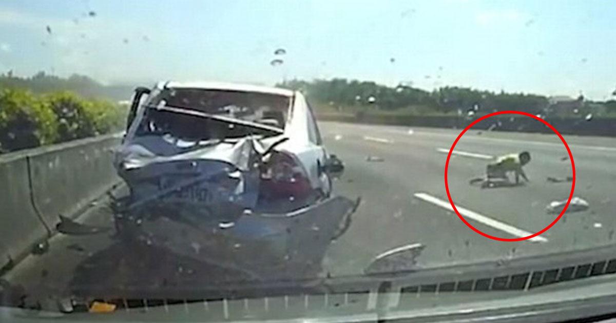 car crash.jpg - Filmagem mostra menino de 11 anos sendo jogado de um carro durante um acidente terrível - ele milagrosamente sobreviveu!
