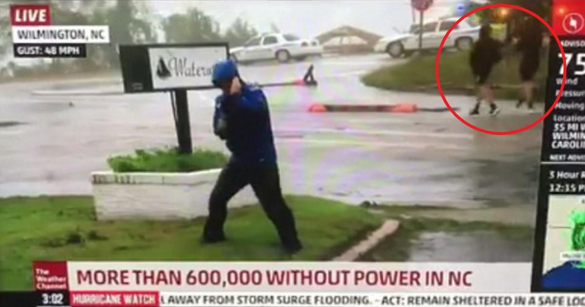featured image 46.jpg - Repórter se prepara todo para furacão enquanto dois homens ao fundo caminham tranquilamente