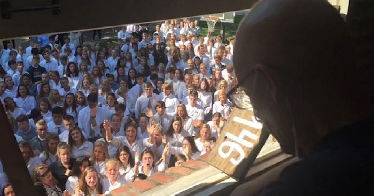 img 5b8b45eb46e2b.png - '시한부' 판정받은 선생님 위해 마지막 노래 부른 400명의 제자들 (영상)
