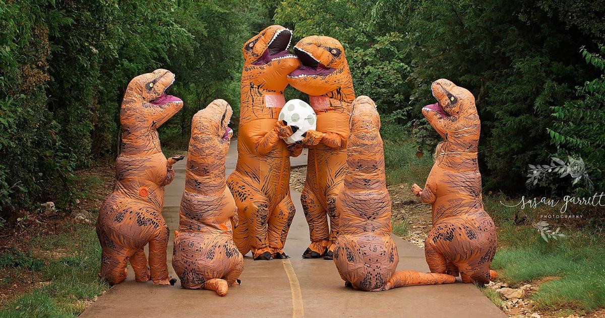 dino.png - Mulher veste família com fantasias de dinossauro para anunciar gravidez