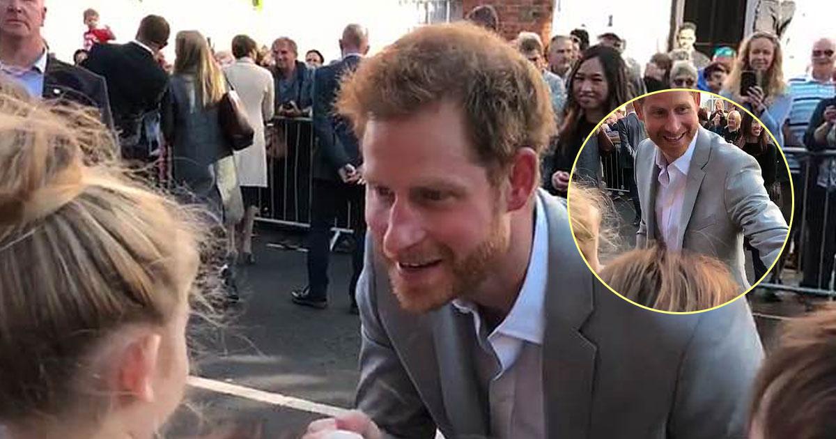 prince harry 1.jpg - Príncipe Harry consola uma criança que se debulhou lágrimas, porque não conseguia encontrar Meghan Markle