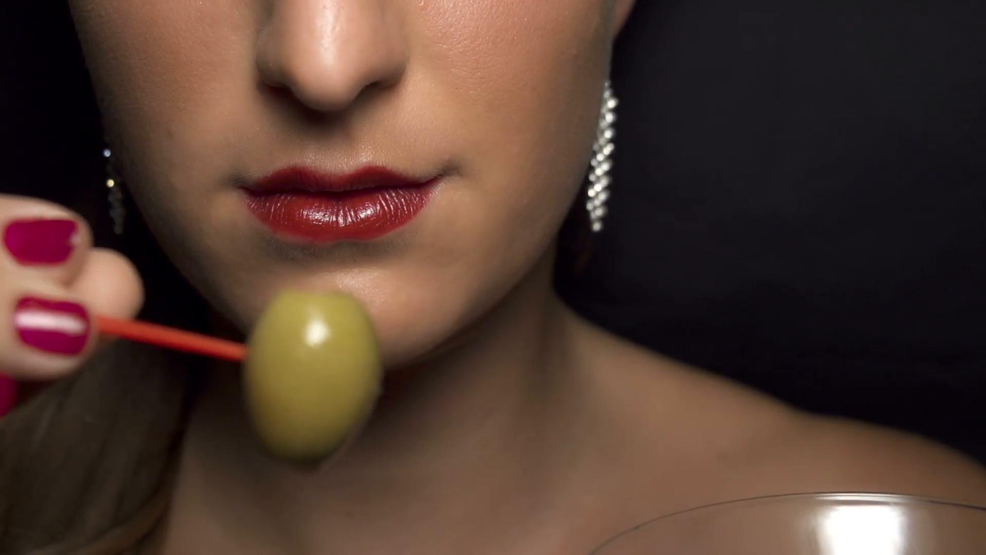 slow motion eating olive from martini glass nk2msewbl  f0002.png - Se você gosta de comer azeitonas ou chocolate amargo, é um sinal de que está ficando VELHO