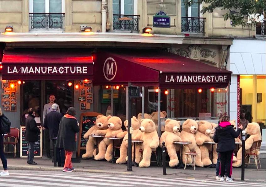 img 5bfec2b011597.png - Une armée d'ours en peluche s'est emparée d'un quartier parisien