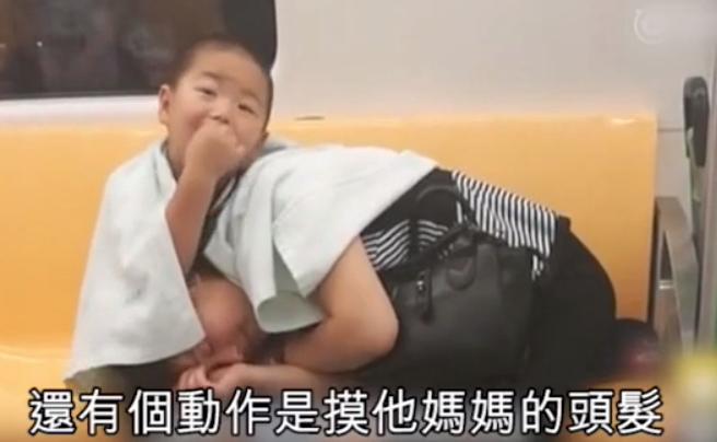 img 5c14259ae0414.png - 3歲小暖男搭車「哄媽媽在腿上入睡」!他不時低頭「在媽媽耳邊說話」孝順乖巧到讓人想哭