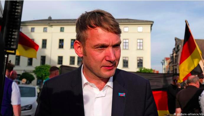 img 5c38bbf49736c.png - Le nouveau parti d'extrême droite allemand adopte un ancien symbole secret nazi