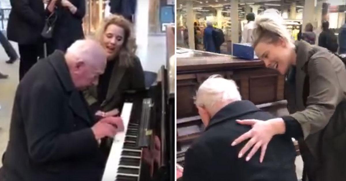 man plays piano alone.jpg - Un homme de 91 ans qui jouait du piano seul dans une gare de trains a été rejoint par une femme qui a fait sa journée