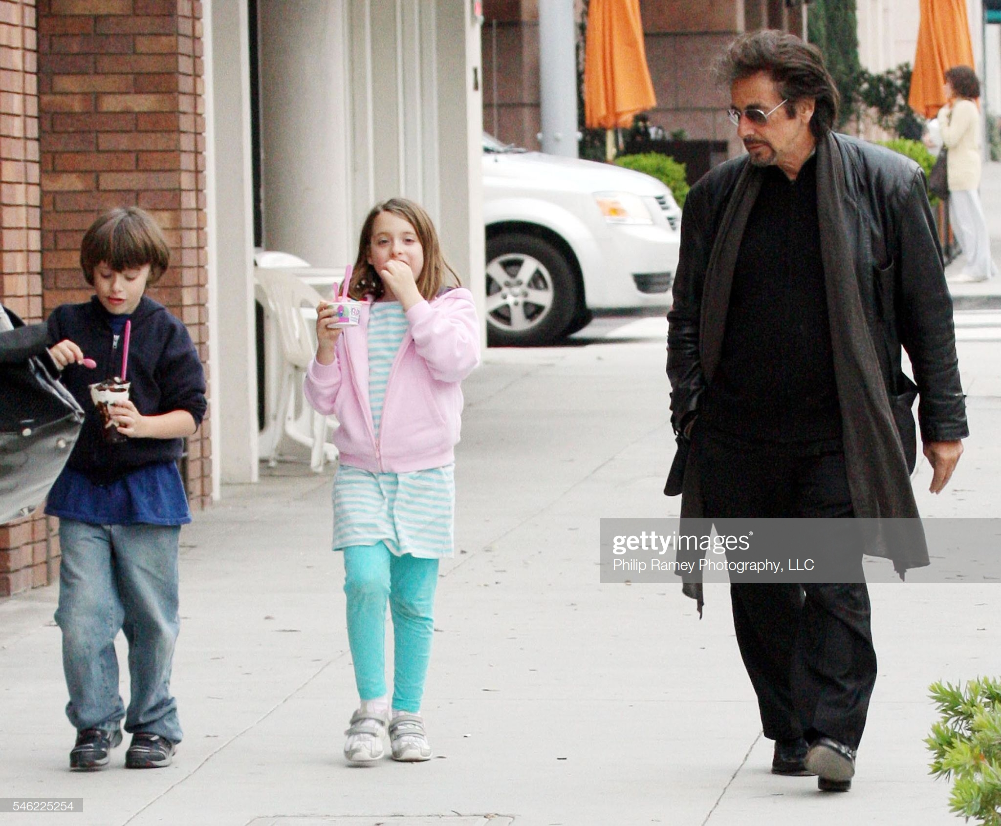 AL PACINO AND CHILDREN AT BASKIN ROBBINS : Fotografía de noticias