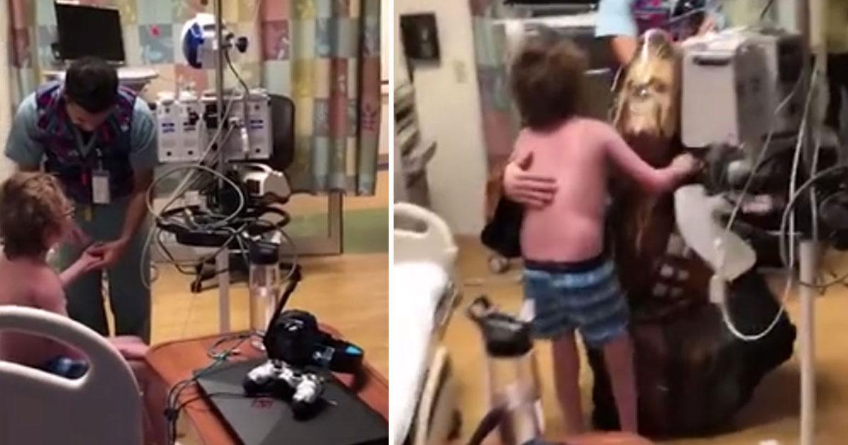 boy new heart.jpg - Un docteur se déguise en Chewbacca pour dire à un garçon qu'il va recevoir un nouveau cœur