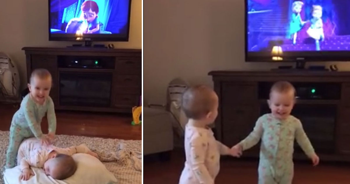 twins recreate frozen scene.jpg - Twins Reenacted A Scene From Their Favourite Movie 'Frozen'