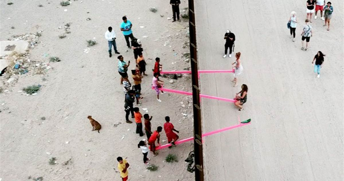 a 1.jpg - Professors Installed Seesaws Across The US-Mexico Border To Allow Kids From Both Countries To Play Together