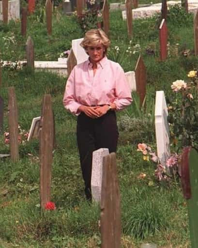Photos Of Late Princess Diana When She Stopped At Cemetery To