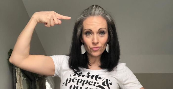 women natural gray hair grombre 26 5ca5a6e8890d6  700 e1565799552729.jpg - 30 Stunning Looks Of Women Who Ditched Dyeing Their Grey Hair