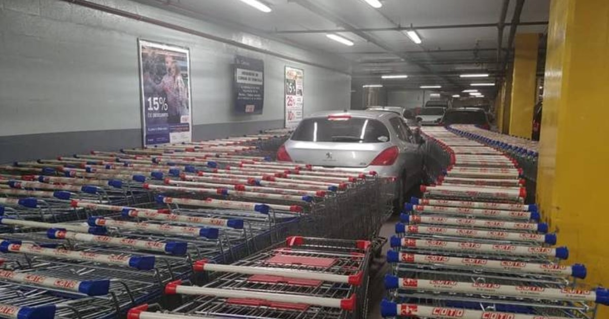 a 68.jpg - Supermarket Workers Blocked An Illegally Parked Car With Shopping Carts