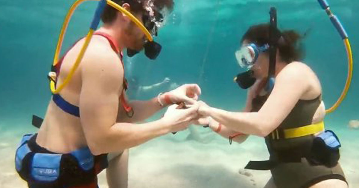 man proposes girlfriend under sea.jpg - Il cache la bague de fiançailles dans un coffre en pleine plongée sous-marine