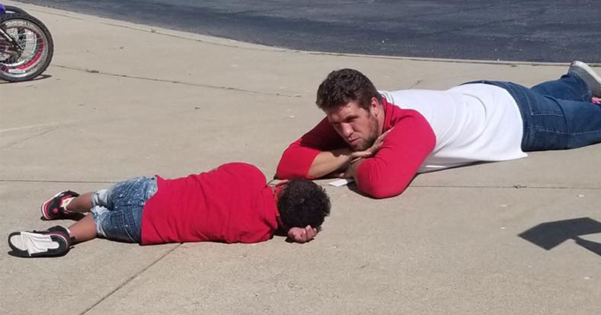 photo of assistant principal lying on the ground with an autistic boy is winning the internet.jpg - An Amazing Assistant Principal Decided To Lie Down On The Ground With The Upset Student