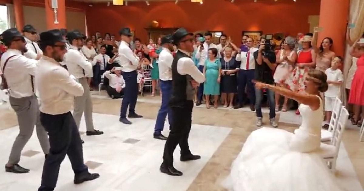 d3.jpg - Surprise de mariage : Le marié se lance dans une chorégraphie avec ses garçons d'honneur