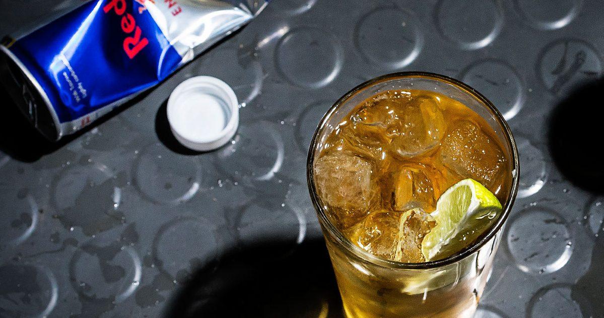 """article history red bull vodka butter san francisco cocktail recipe e1580311270706.jpg - """"Vodka Red Bull"""" : Un mélange qui pourrait vous rendre plus violent"""