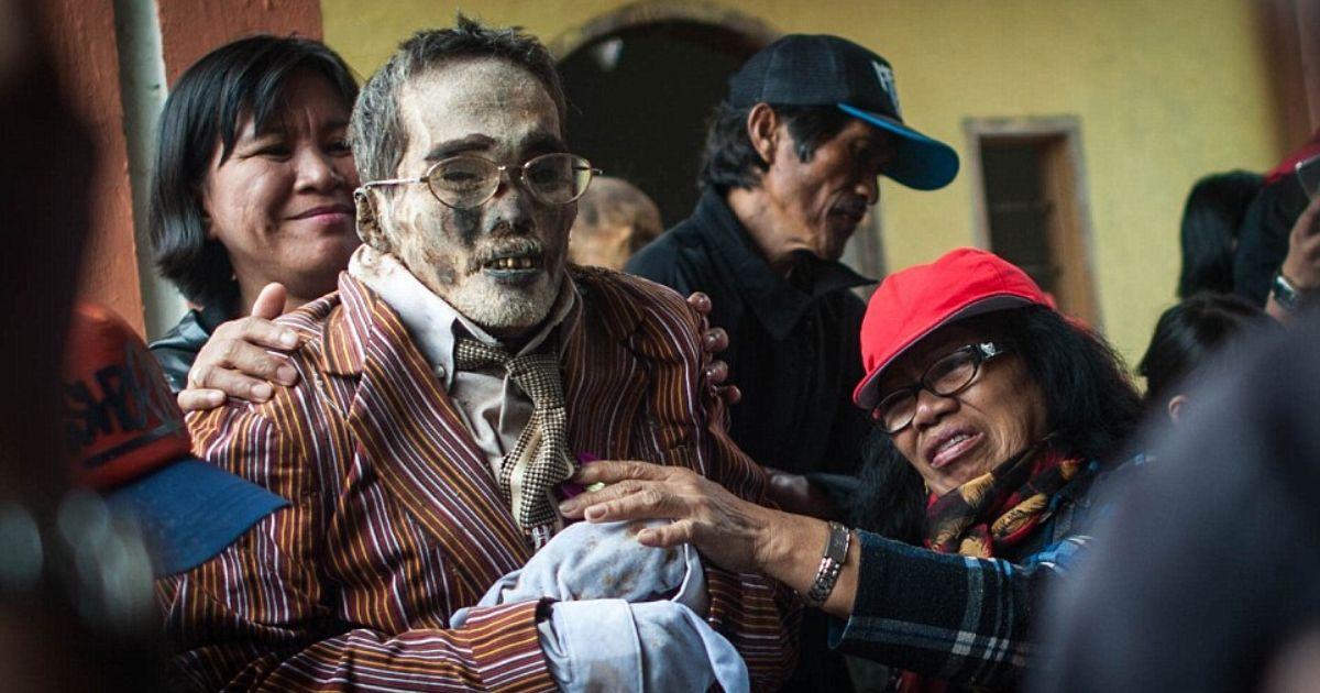 diseno sin titulo 6.jpg - En Un Extraño Pueblo En Indonesia Desentierran A Sus Muertos Cada Tres Años