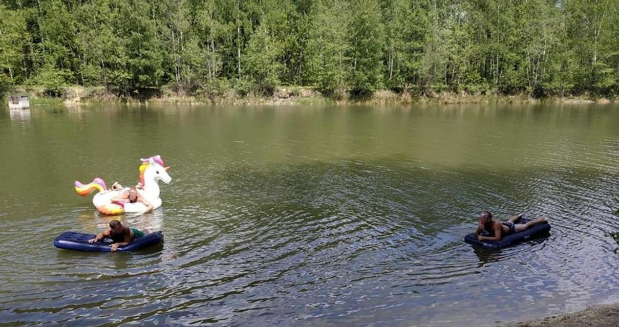 baignade.jpeg - Confinement: Trois Parisiens se baignent avec une licorne gonflable dans un étang, ils écopent d'une amende