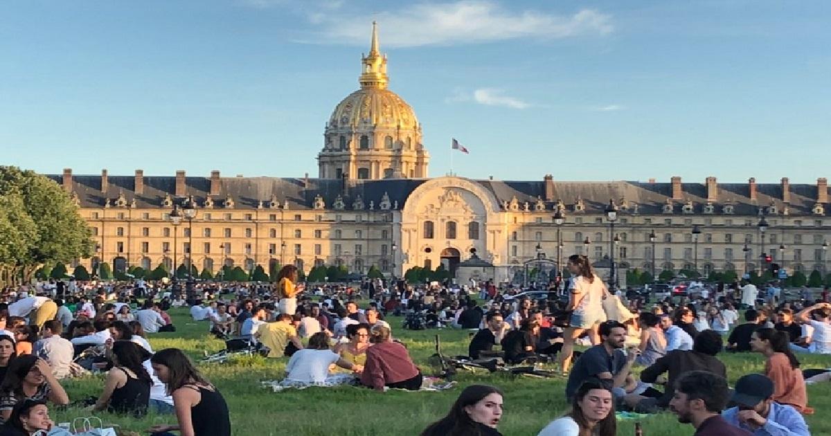 invalides.jpeg - Paris: ce mercredi soir l'esplanade des Invalides était bondée