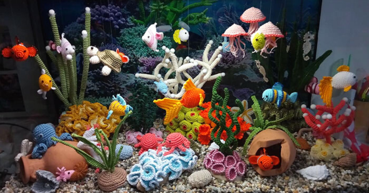 linda8.png - Woman Created A Beautiful, Colorful Aquarium Made Out Of Yarn
