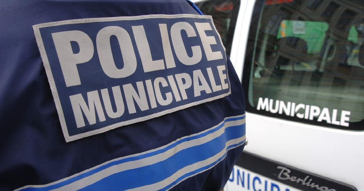 police 6.jpg - Dans le Calvados, des policiers municipaux se sont enlisés sur la plage et des jeunes sont venus les aider...