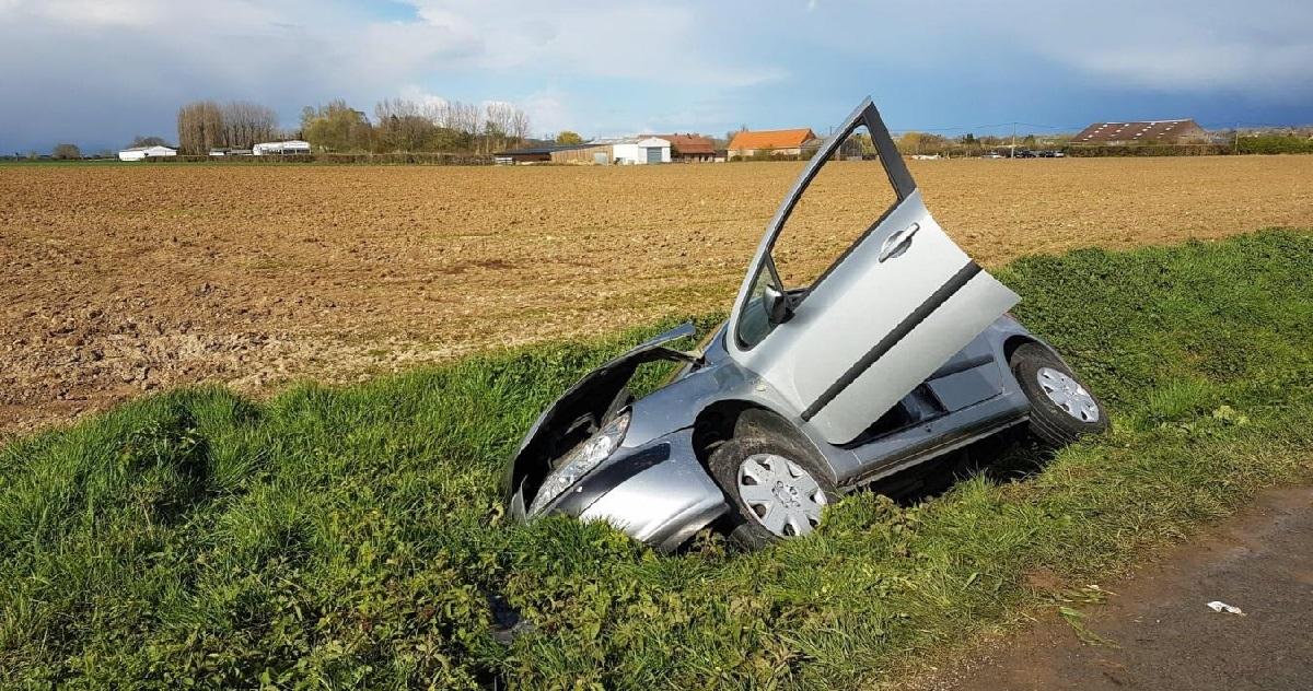 voiture 1.jpg - Bretagne: complètement ivre, un automobiliste se retrouve dans le fossé à moitié nu