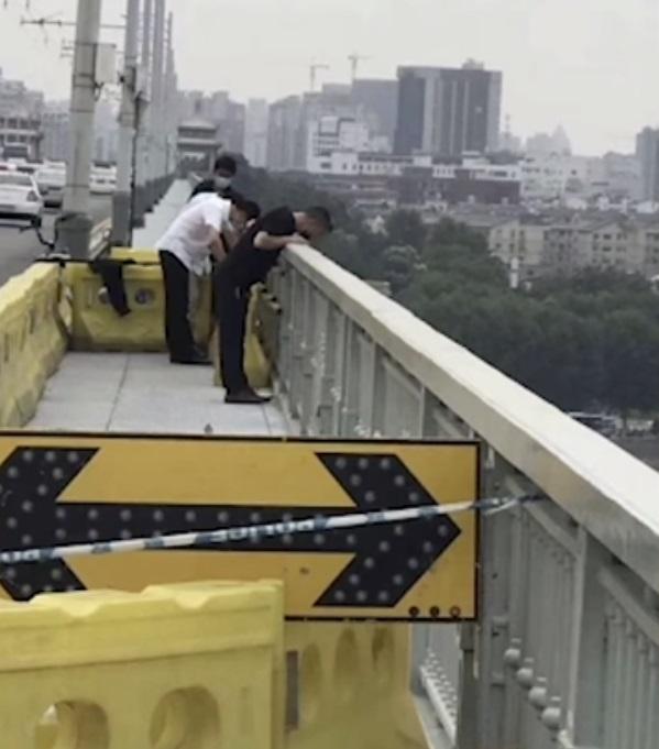 Loyal Dog Waited For Its Owner To Return For Days After They Took Their Own Life *** Преданный пёс ждал своего хозяина на мосту, после того, как он покончил с собой