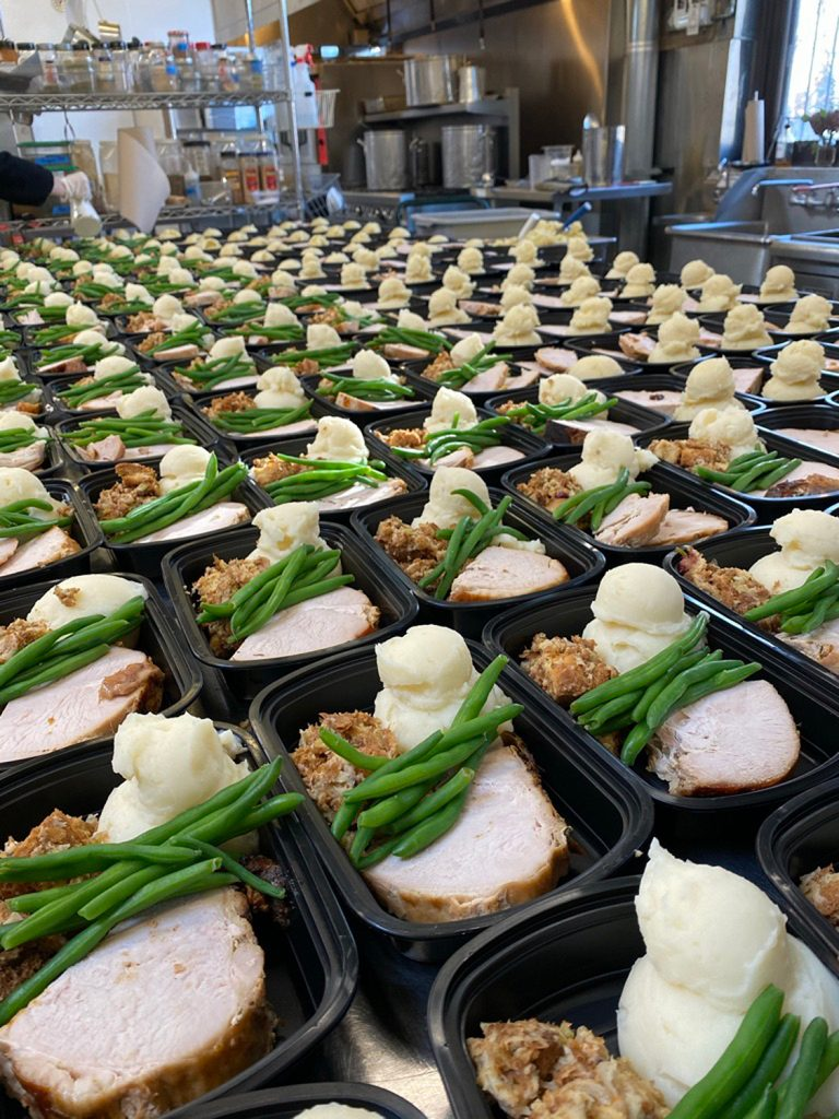 Couple Who Canceled Wedding Due to Coronavirus Uses Deposit to Feed 200 People on Thanksgiving   PEOPLE.com