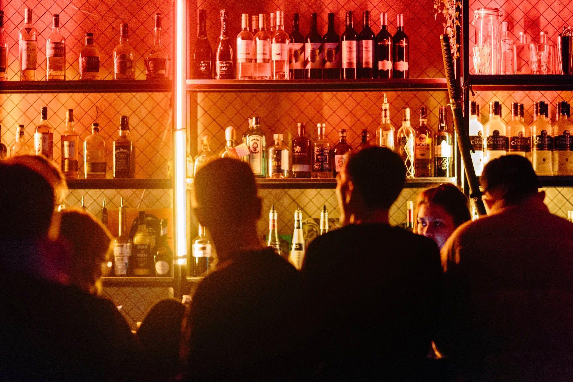 Encuentran bar clandestino cuya entrada era un refrigerador falso,  autoridades lo clausuran