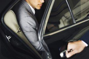 상사와 차를 탈 때도 예절이 있다. 올바른 차량 탑승 예절은?